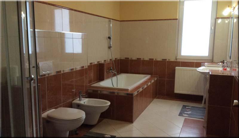 Ein Badezimmer in der Pension Miltenberg Da Massimo ...